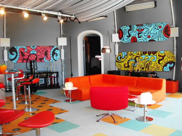 Printed-linoleum-tiled-floorliving-strrtart-painting-interiors-700x525