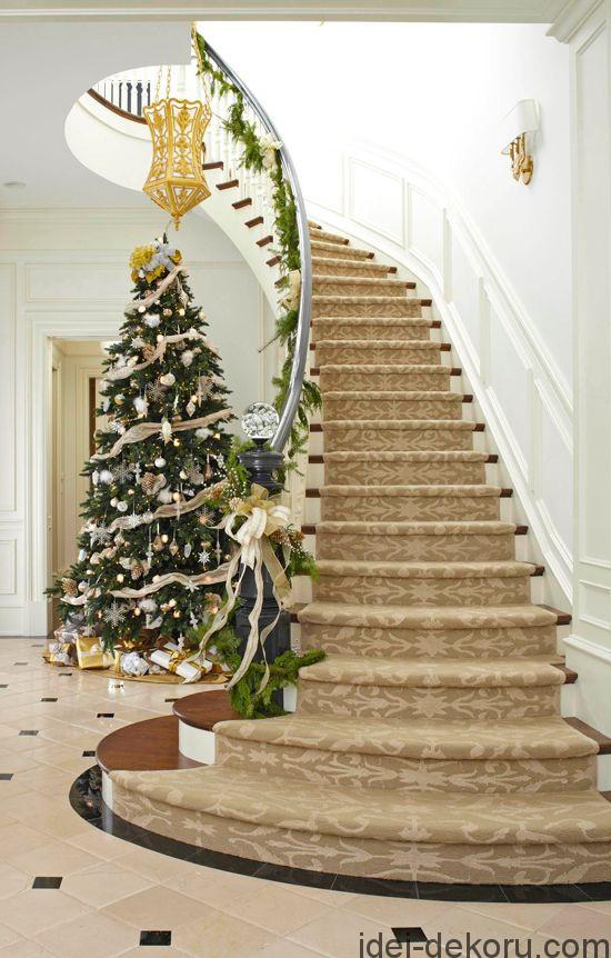 Love this elegant holiday staircase! A seeded glass ball tops the newel post for a sparkly touch.