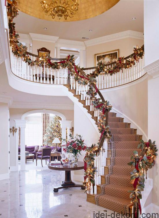 With a gilt dome above, this formal foyer gets a jolt of seasonal cheer when festooned with magnolia garlands.