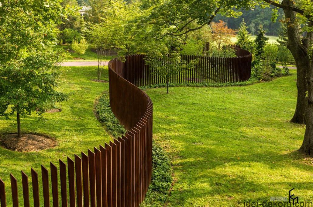 An-astonishing-curvy-wooden-fencing-with-space-for-large-backyard-and-beautiful-green-view