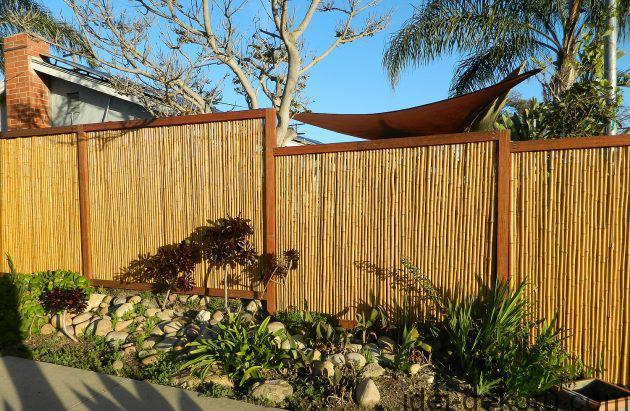 beautiful-bamboo-fencing_amazing-backyard_wooden-brown-gate_big-white-and-grey-stone-630x411
