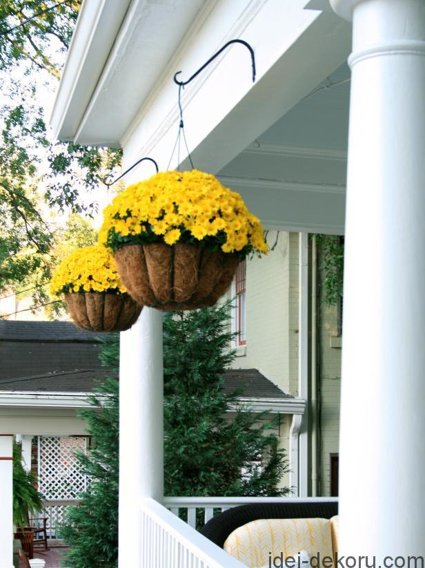 hcrbl-104_yellow-flowers-on-porch_s3x4-jpg-rend-hgtvcom-616-822