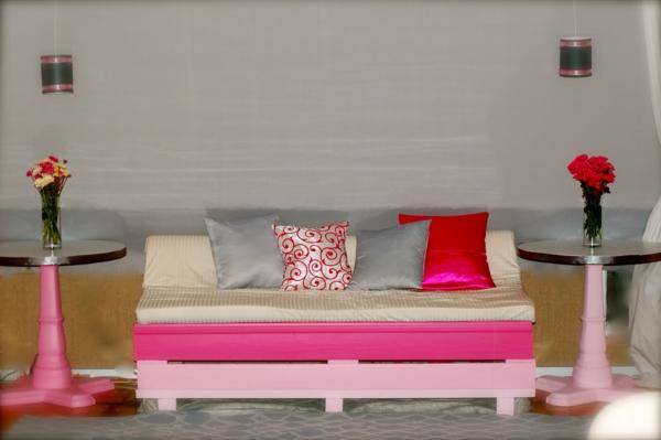 canapee-en-palette-rose-blanc