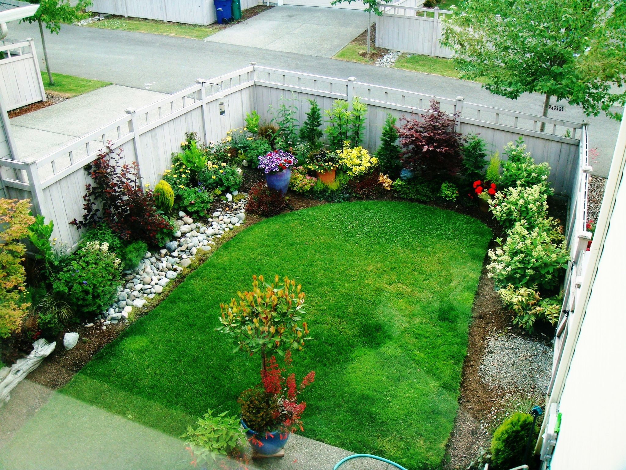 Exotic-small-garden-design-with-wonderful-garden-ideas-with-combine-colorful-flowers