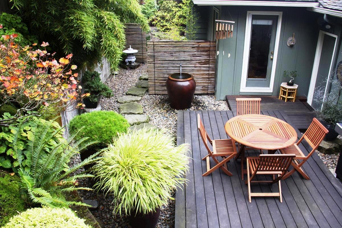 Luxury-small-garden-design-with-stones-for-floor-and-wooden-chair