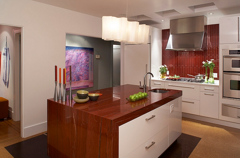 A-backsplash-that-works-well-with-the-color-scheme-of-the-kitchen