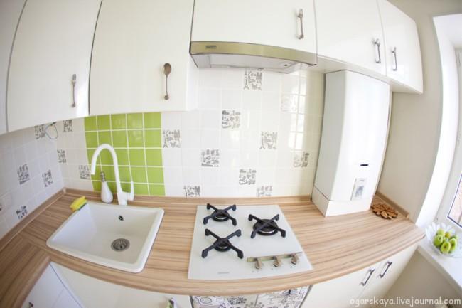 Дизайн-кухни-в-хрущевке-с-газовой-колонкой-и-нишей-для-холодильника-рабочая-зона