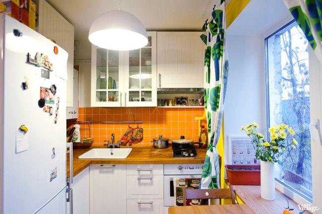 Кухня-гостиная-в-хрущевке-с-подиумом-обеденная-зона