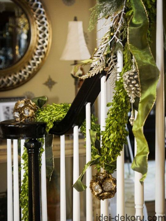 A Whole Bunch Of Christmas Staircase Decorating Ideas