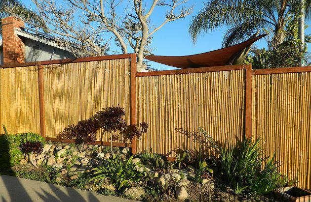 beautiful-bamboo-fencing_amazing-backyard_wooden-brown-gate_big-white-and-grey-stone-630x411