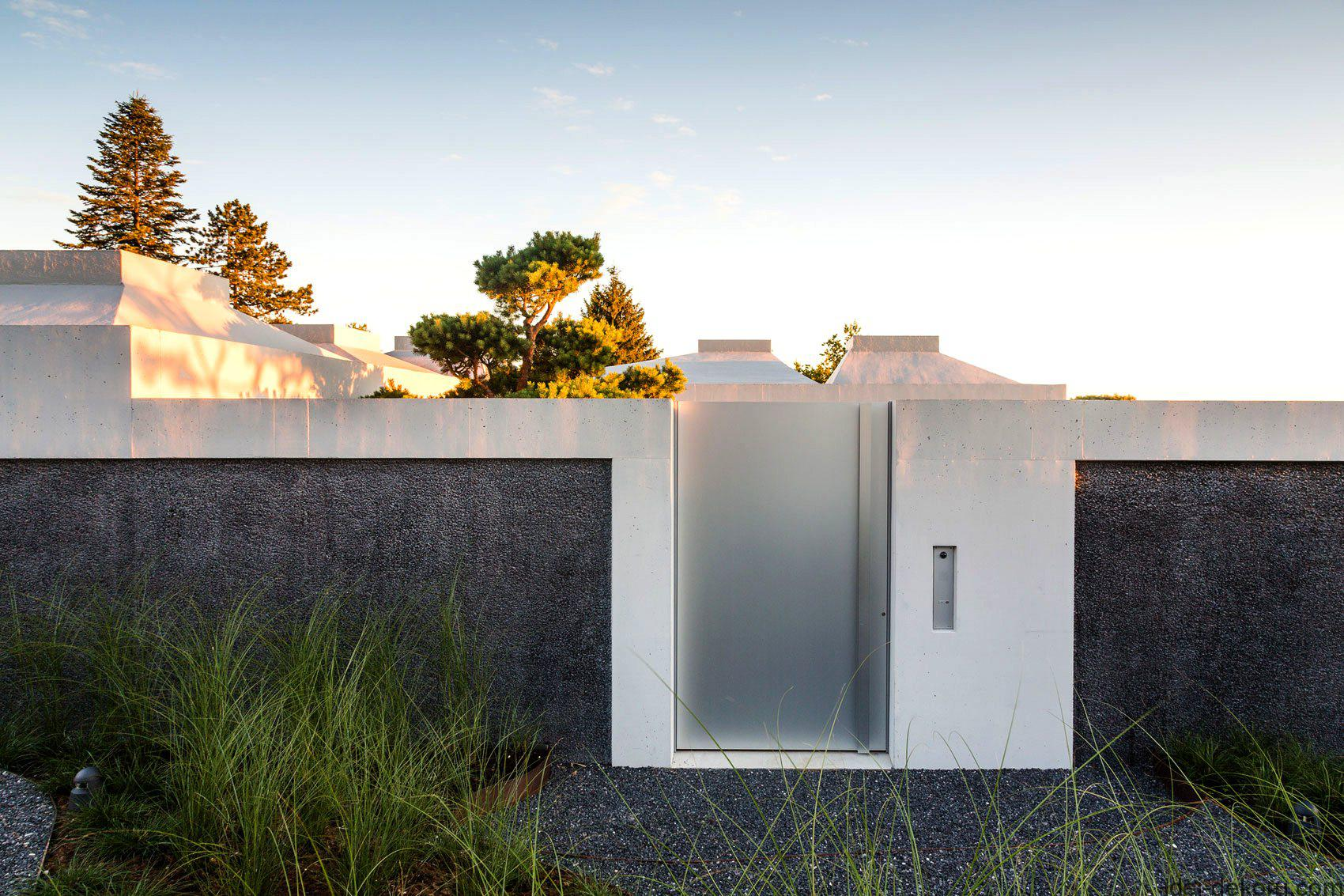 contemporary-fences-design-for-houses-courtyard-with-glossy-material-between-grey-concrete-border-near-short-green-plantations-and-grey-yard