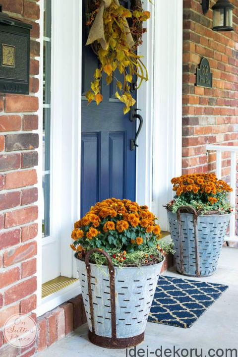 2-front-porch-fall-decor-olive-bucket-mums