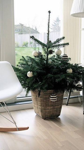 12-minimalist-christmas-tree-in-a-basket-black-and-white-ornaments
