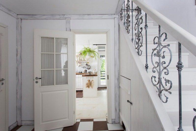 Белый-интерьер-кухни-на-даче-3-798x533