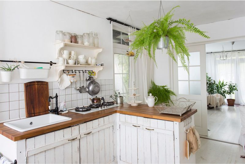 Белый-интерьер-кухни-на-даче